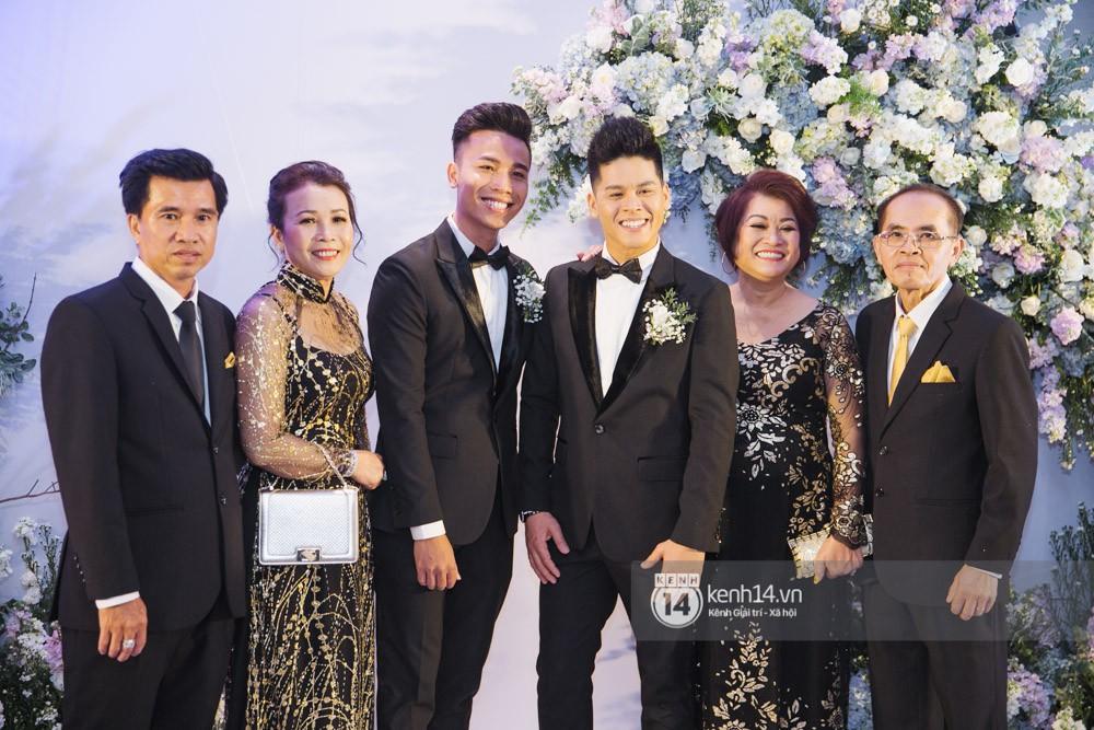 Bố mẹ hai bên gia đình có mặt đông đủ trong đám cưới của biên đạo John Huy Trần và bạn trai Nhiệm Huỳnh - Ảnh 3.