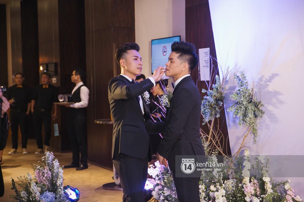 Trấn Thành bảnh bao, Hà Anh khệ nệ vác bụng bầu 7 tháng dự đám cưới John Huy Trần và bạn trai - Ảnh 1.