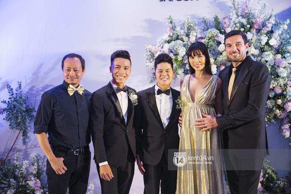 Trấn Thành bảnh bao, Hà Anh khệ nệ vác bụng bầu 7 tháng dự đám cưới John Huy Trần và bạn trai - Ảnh 2.