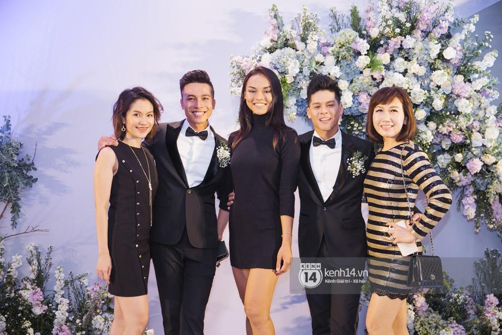 Trấn Thành bảnh bao, Hà Anh khệ nệ vác bụng bầu 7 tháng dự đám cưới John Huy Trần và bạn trai - Ảnh 4.