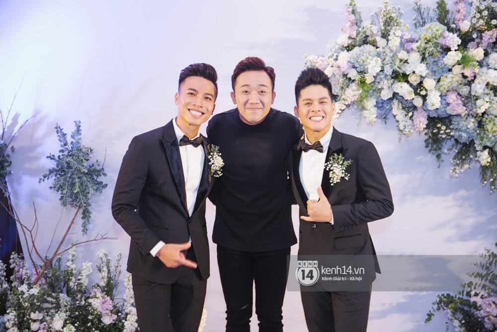 Trấn Thành bảnh bao, Hà Anh khệ nệ vác bụng bầu 7 tháng dự đám cưới John Huy Trần và bạn trai - Ảnh 3.