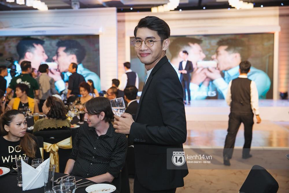 Trấn Thành bảnh bao, Hà Anh khệ nệ vác bụng bầu 7 tháng dự đám cưới John Huy Trần và bạn trai - Ảnh 6.