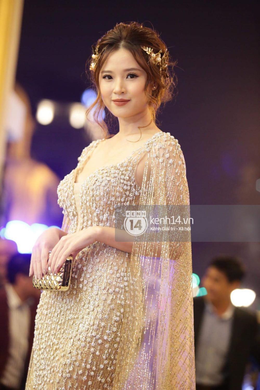 Diện váy áo rườm rà, Midu bối rối vì vấp té tại thảm đỏ Cánh diều vàng 2017 - Ảnh 4.