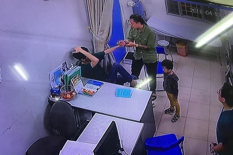 Người nhà bệnh nhân tấn công bác sĩ trong đêm - Ảnh 1.