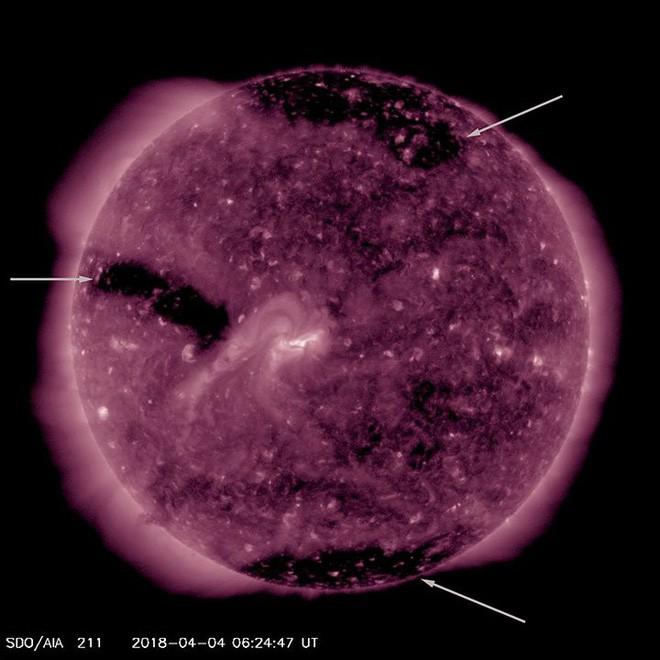 Xuất hiện ba lỗ tròn nhỏ mới trên bề mặt Mặt Trời, tạo ra bão địa từ cấp độ nhẹ hướng tới Trái Đất - Ảnh 2.