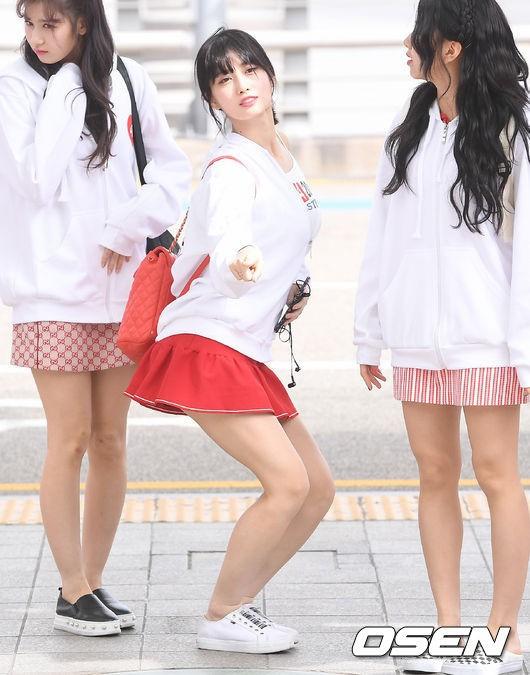 TWICE đụng độ G-Friend: Tzuyu quá xinh nhưng lộ đùi voi, bị thành viên cùng nhóm và dàn chân dài đánh bật - Ảnh 11.