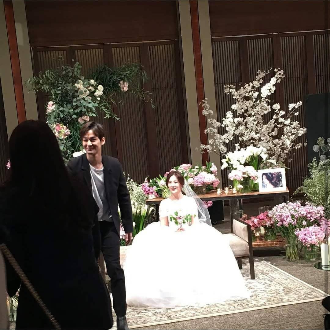 Đám cưới khủng mời toàn sao hạng A: Kim Bum lộ diện sau tin hẹn hò, Park Bo Gum bổ luống bên dàn tài tử - Ảnh 1.