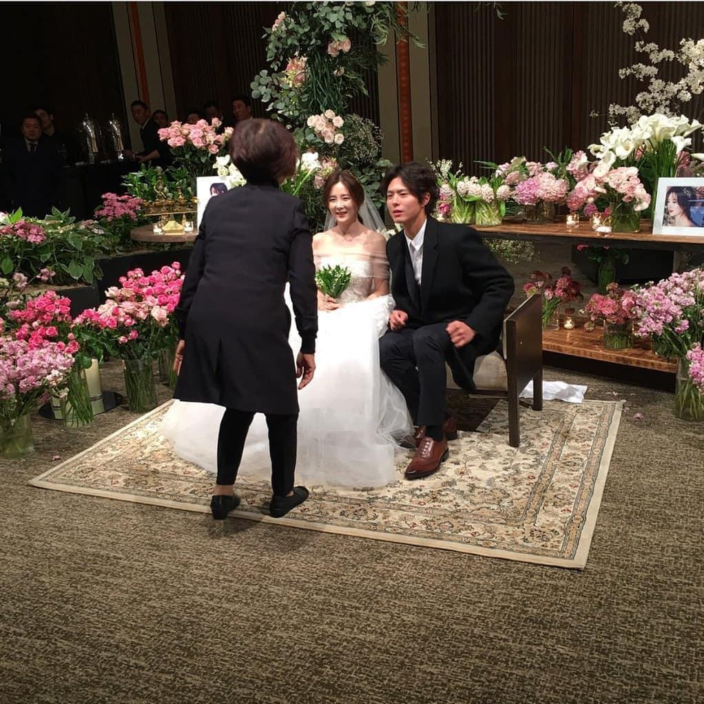 Đám cưới khủng mời toàn sao hạng A: Kim Bum lộ diện sau tin hẹn hò, Park Bo Gum bổ luống bên dàn tài tử - Ảnh 4.