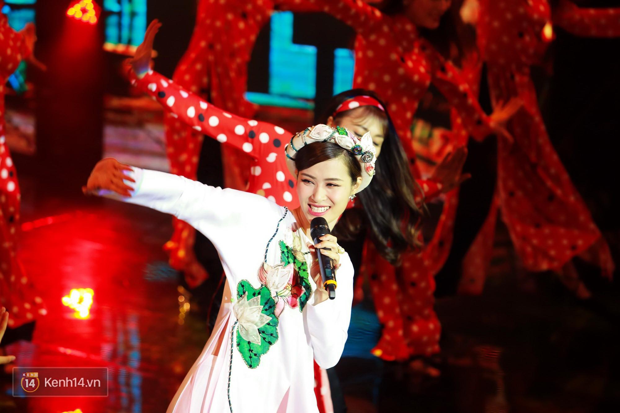Đông Nhi diện áo dài đằm thắm, mang Cô Ba Sài Gòn khuấy động lễ trao giải Cánh Diều - Ảnh 3.