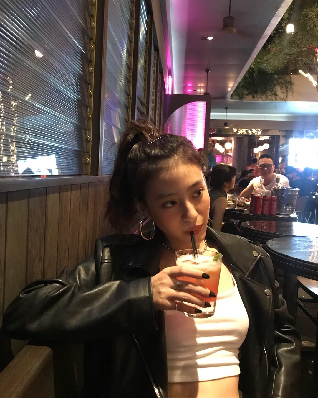Các hot girl từ Âu sang Á đều đang mê mệt kiểu khuyên tai tròn dày chỉ cần diện lên là trông sang chảnh hơn vài bậc này - Ảnh 6.
