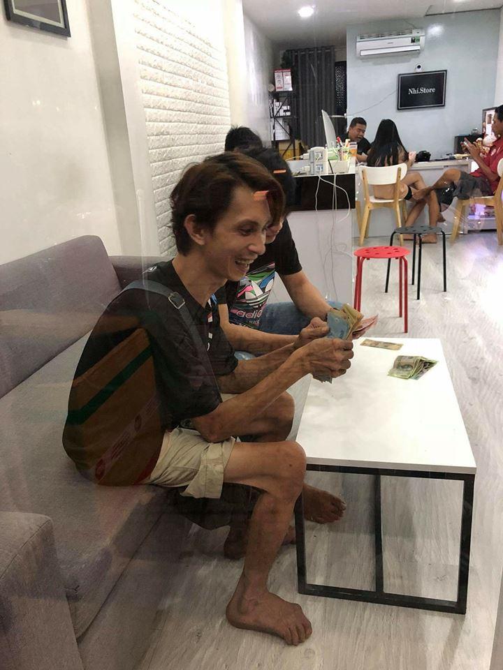 Anh bán vé số tiết kiệm nửa năm để mua chiếc iPhone 5s và cái kết quá ngọt cho người chăm chỉ - Ảnh 1.