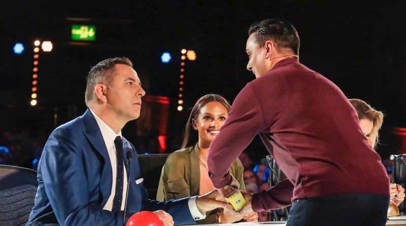 Ảo thuật gia gây ấn tượng với khả năng đoán trước tương lai tại Britains Got Talent - Ảnh 2.