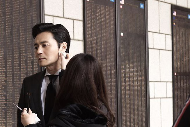 Choáng với ảnh hậu trường của tài tử Jang Dong Gun: Có ai da nhăn nheo nhưng vẫn đẹp cực phẩm như thế này? - Ảnh 2.