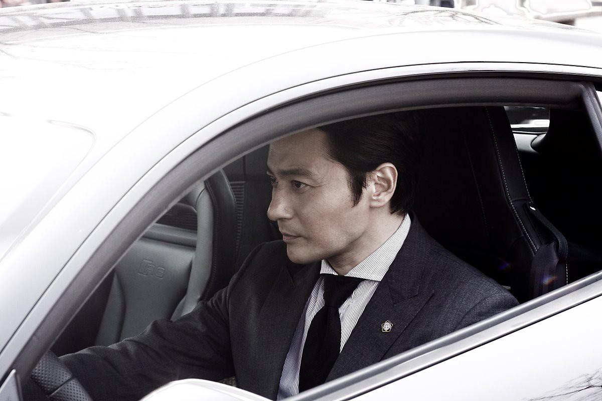 Choáng với ảnh hậu trường của tài tử Jang Dong Gun: Có ai da nhăn nheo nhưng vẫn đẹp cực phẩm như thế này? - Ảnh 3.