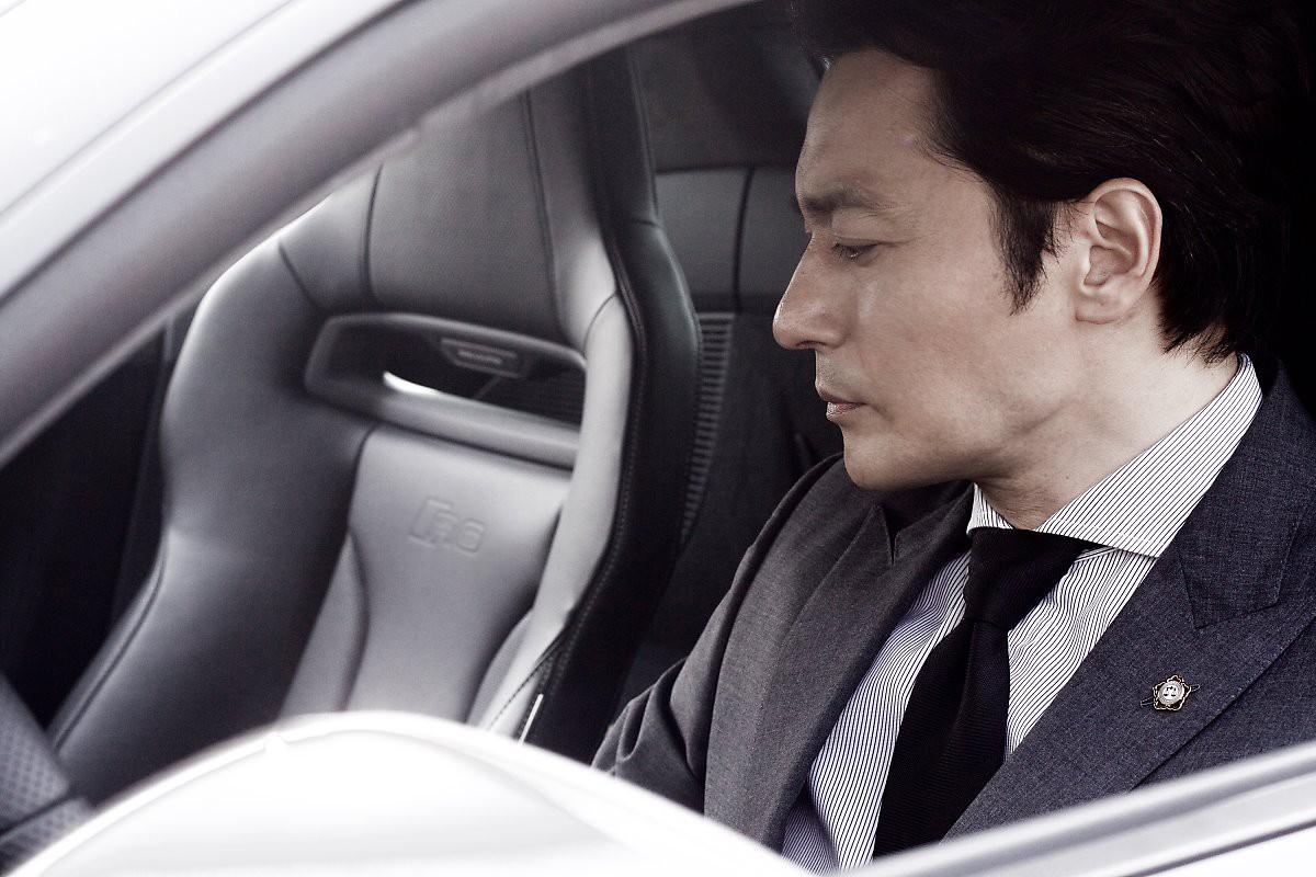 Choáng với ảnh hậu trường của tài tử Jang Dong Gun: Có ai da nhăn nheo nhưng vẫn đẹp cực phẩm như thế này? - Ảnh 4.