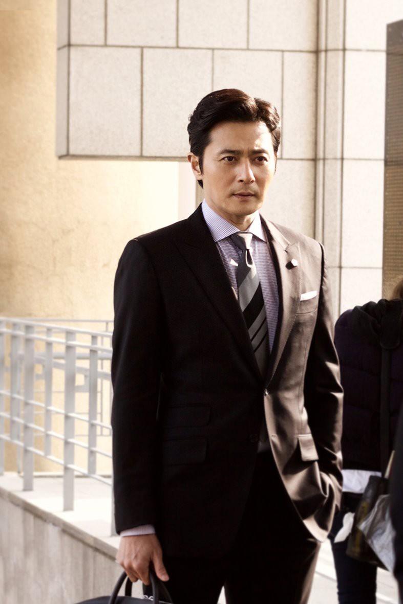 Choáng với ảnh hậu trường của tài tử Jang Dong Gun: Có ai da nhăn nheo nhưng vẫn đẹp cực phẩm như thế này? - Ảnh 9.