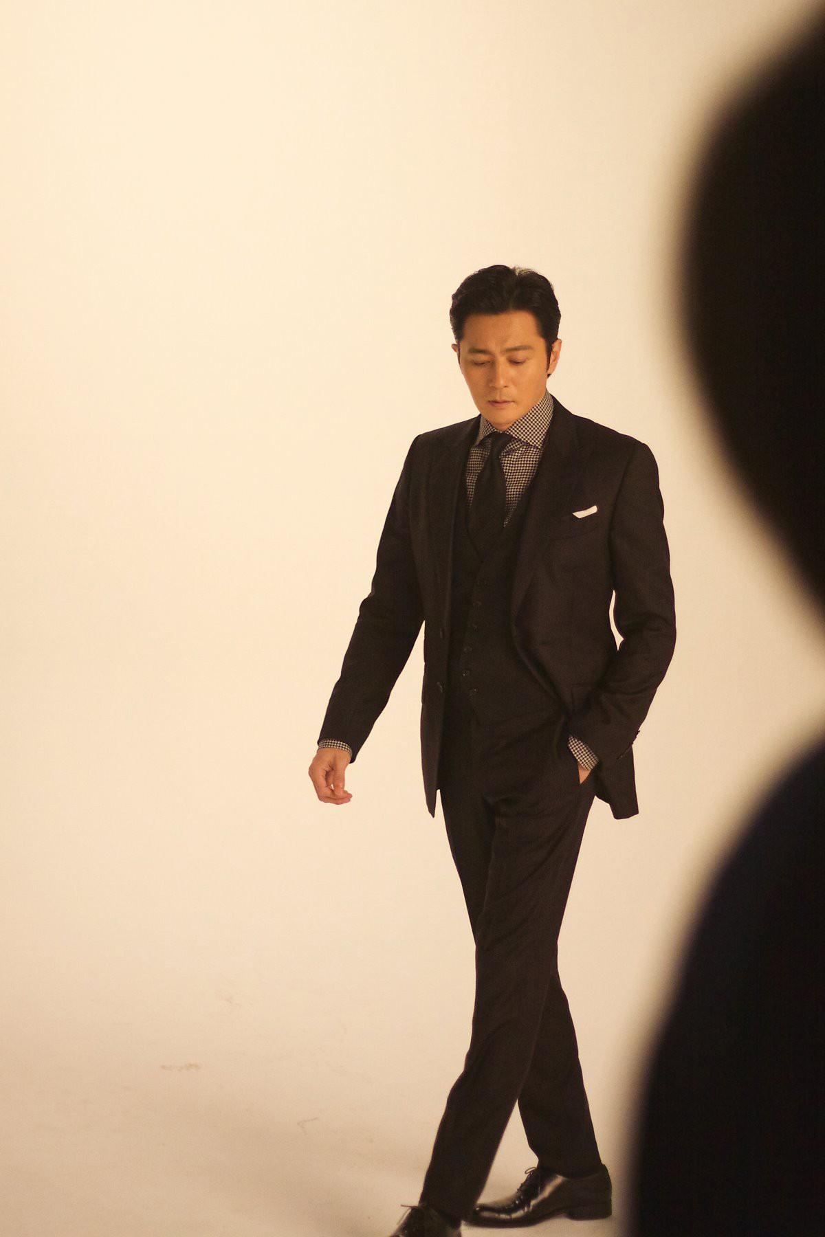 Choáng với ảnh hậu trường của tài tử Jang Dong Gun: Có ai da nhăn nheo nhưng vẫn đẹp cực phẩm như thế này? - Ảnh 15.