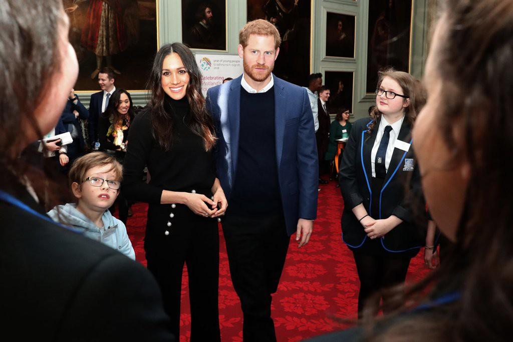 Trong số các thành viên hoàng gia, Meghan Markle là người duy nhất luôn mặc như thế này - Ảnh 2.