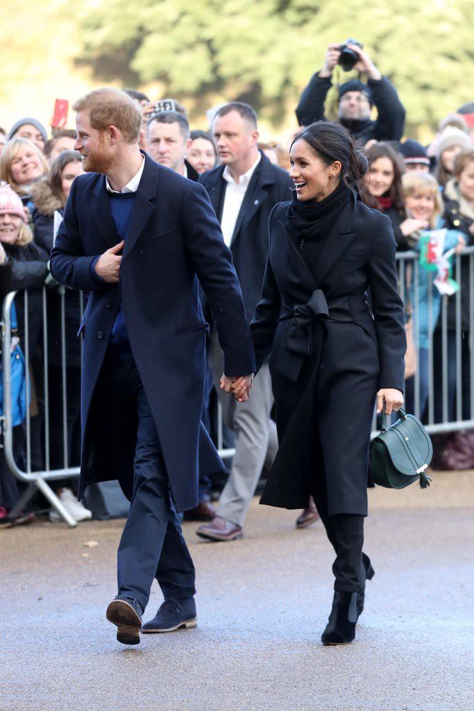 Trong số các thành viên hoàng gia, Meghan Markle là người duy nhất luôn mặc như thế này - Ảnh 3.