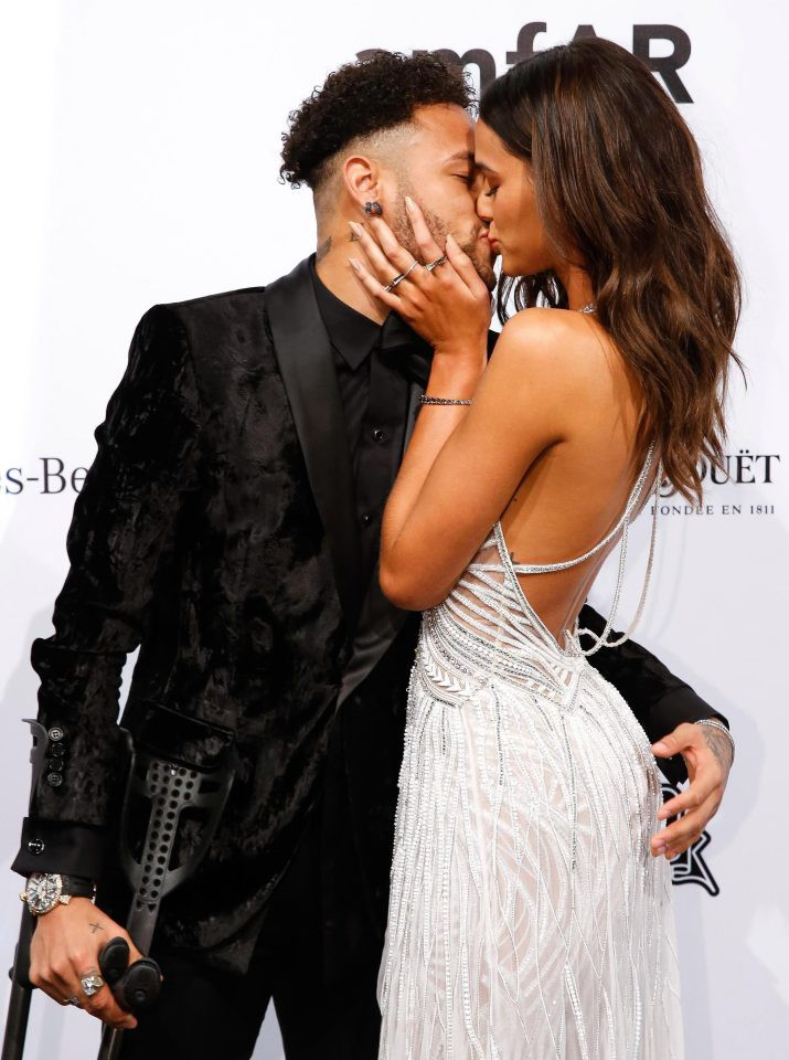 Neymar chống nạng, nồng nàn khóa môi bạn gái xinh như thiên thần - Ảnh 3.