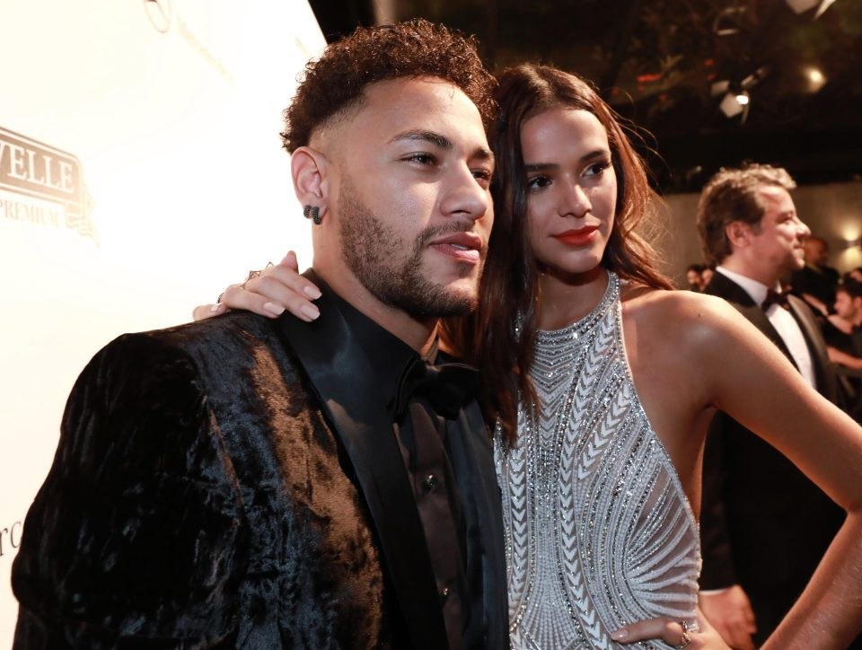 Neymar chống nạng, nồng nàn khóa môi bạn gái xinh như thiên thần - Ảnh 5.