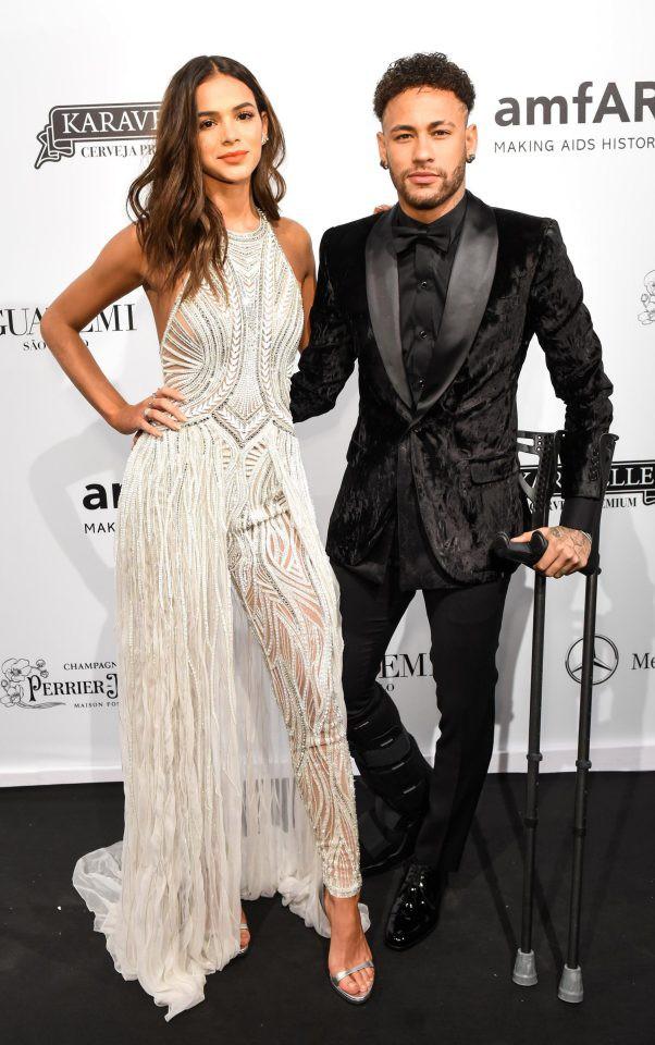 Neymar chống nạng, nồng nàn khóa môi bạn gái xinh như thiên thần - Ảnh 1.