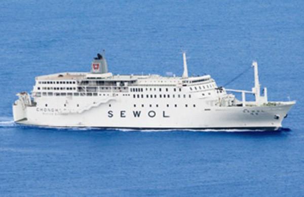 Những hình ảnh trong vụ chìm phà Sewol khiến hơn 300 người thiệt mạng vẫn khiến mọi người ám ảnh - Ảnh 1.
