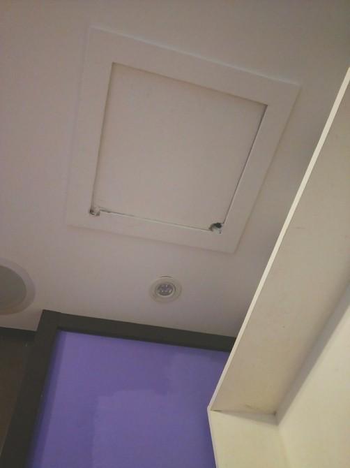 Vào khách sạn qua đêm, đôi vợ chồng sắp cưới bàng hoàng phát hiện máy quay lén lấp ló trên trần nhà - Ảnh 2.