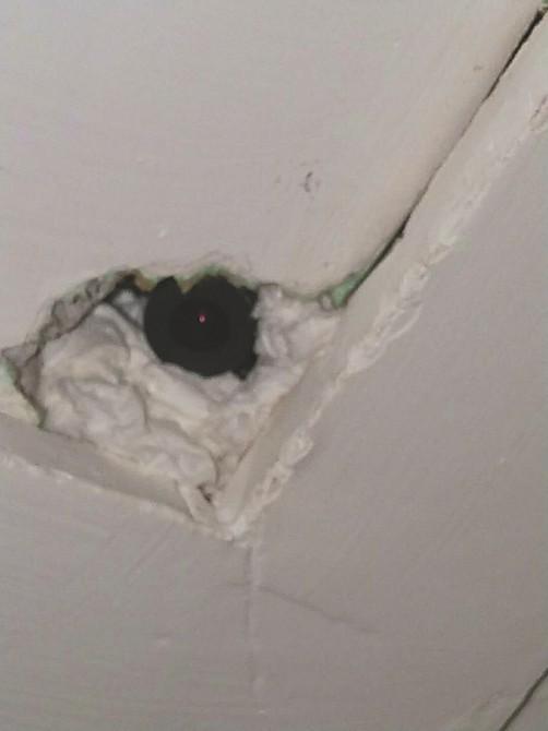 Vào khách sạn qua đêm, đôi vợ chồng sắp cưới bàng hoàng phát hiện máy quay lén lấp ló trên trần nhà - Ảnh 1.