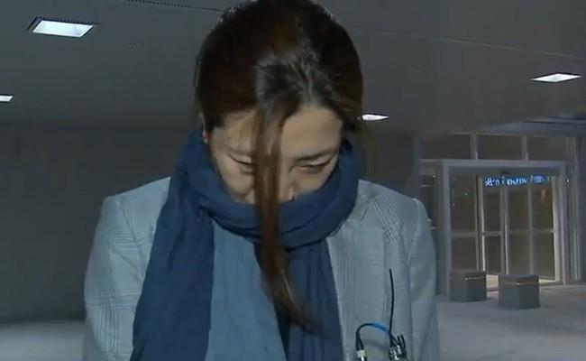 Người thừa kế hãng hàng không Korean Air xuất hiện tại sân bay, cúi đầu xin lỗi sau vụ bê bối hất nước vào mặt nhân viên - Ảnh 1.