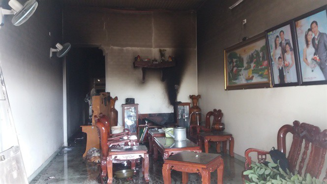 Đập tường giải cứu 3 mẹ con trong ngôi nhà bốc cháy ở Gia Lai - Ảnh 1.