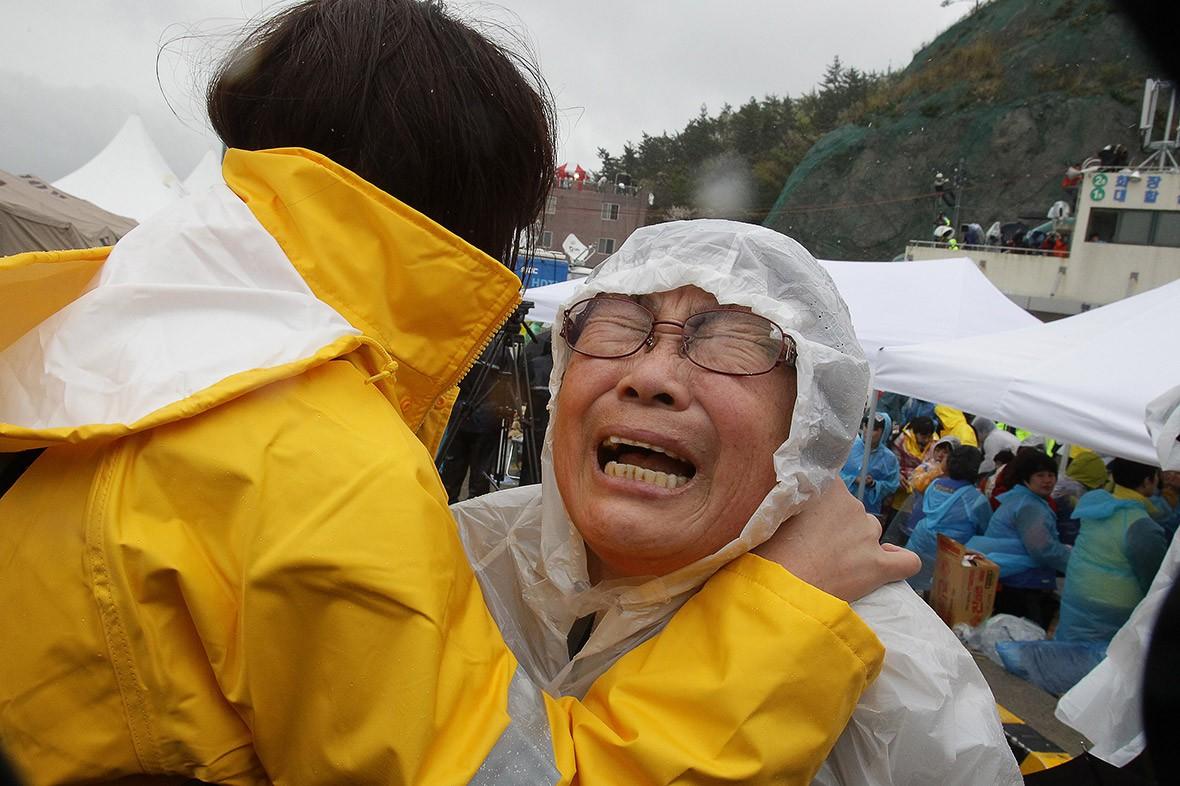 Những hình ảnh trong vụ chìm phà Sewol khiến hơn 300 người thiệt mạng vẫn khiến mọi người ám ảnh - Ảnh 13.