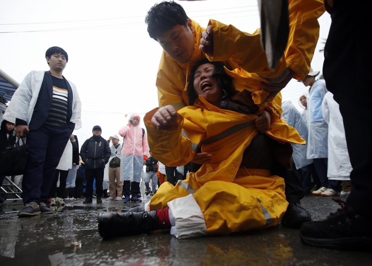 Những hình ảnh trong vụ chìm phà Sewol khiến hơn 300 người thiệt mạng vẫn khiến mọi người ám ảnh - Ảnh 14.