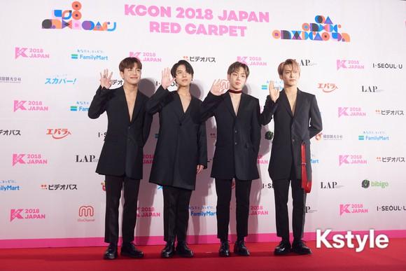 Thảm đỏ KCON 2018 Nhật: 2 nữ thần tượng bị chê xấu nhất lịch sử Kpop cùng lộ diện bên quân đoàn idol đình đám - Ảnh 39.