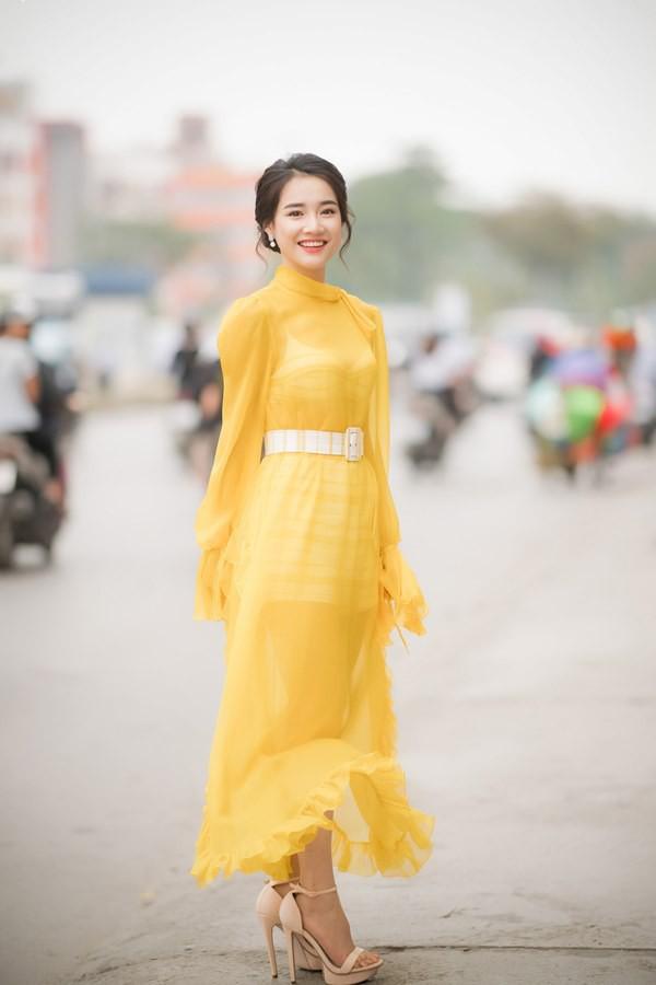 Vẫn chọn kiểu hở lưng, nhưng nhan sắc của Nhã Phương có phần giảm sút vì chiếc váy tông tím nhạt này - Ảnh 4.