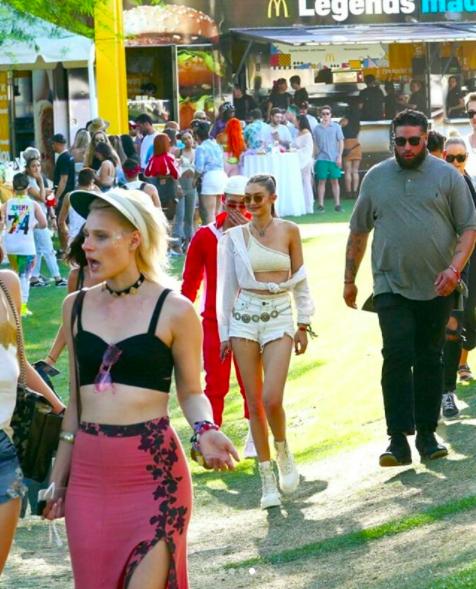Cuộc chiến body bất phân thắng bại tại Coachella 2018: Gigi, Miley hay Kendall đều quá đẳng cấp! - Ảnh 3.