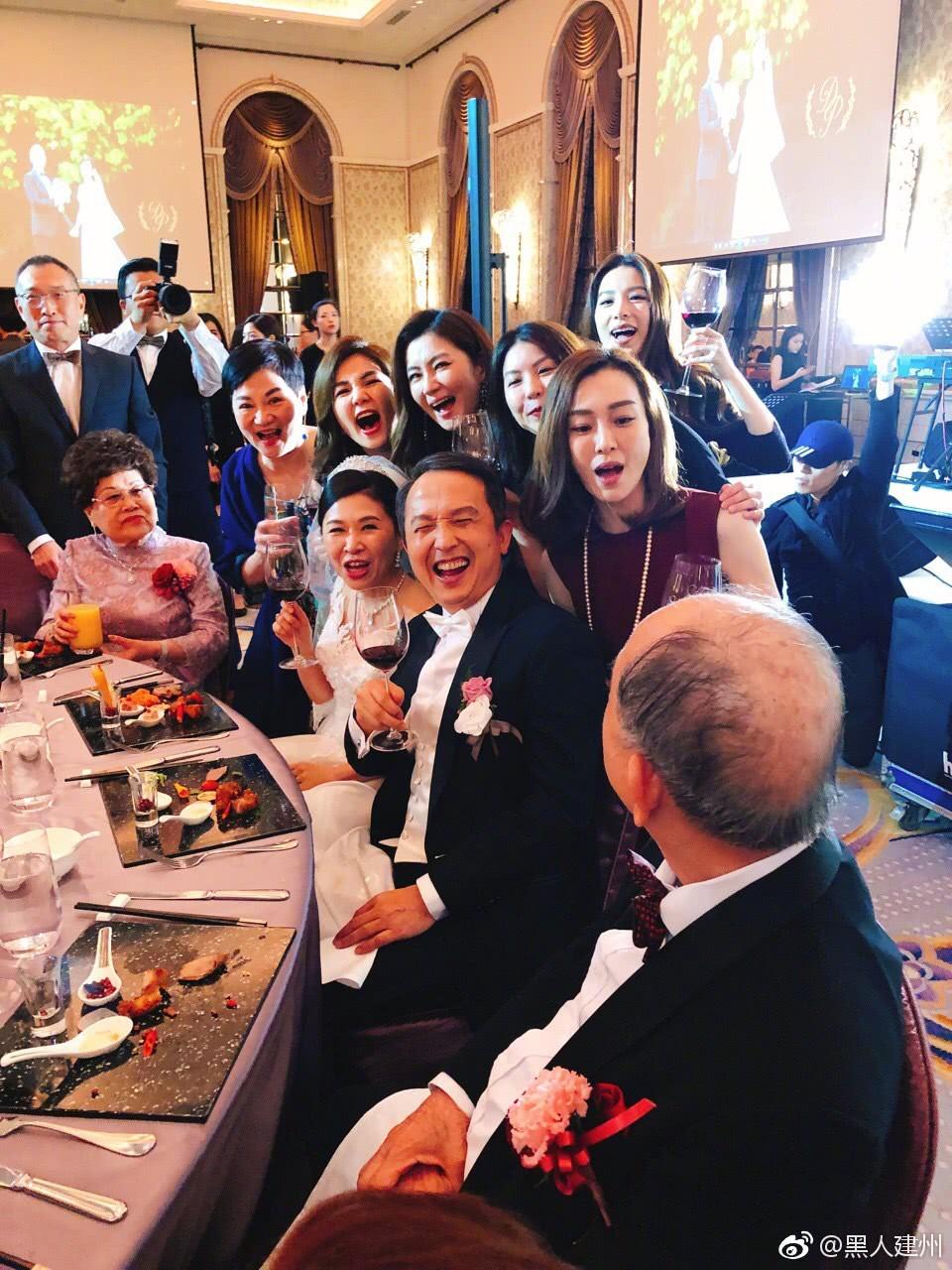 Đám cưới hoành tráng mời nửa showbiz Đài: Cô dâu năm nay đã 54 tuổi - Ảnh 1.
