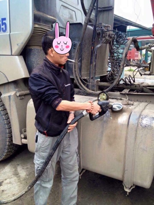 Hình ảnh Người đàn ông vừa tiếp nhiên liệu cho xe vừa hút thuốc nhận vô số chỉ trích trên MXH vì nguy hiểm - Ảnh 1.