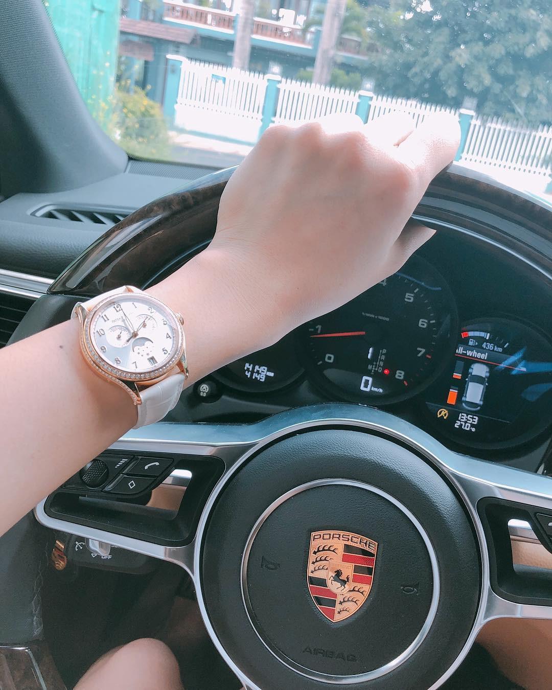 Bức ảnh đắt nhất ngày: Đeo đồng hồ hơn 1 tỷ đồng, Lê Hà tiện khoe luôn xế hộp hạng sang - Ảnh 1.