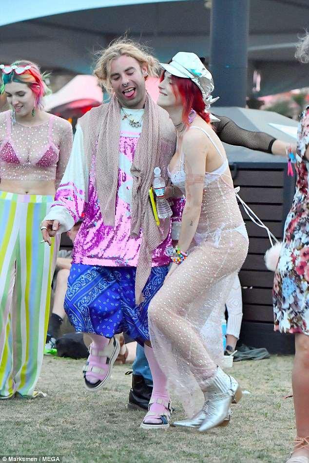 Bella Thorne mặc như không, để bạn trai hôn vòng 1 giữa lễ hội Coachella đông người - Ảnh 4.