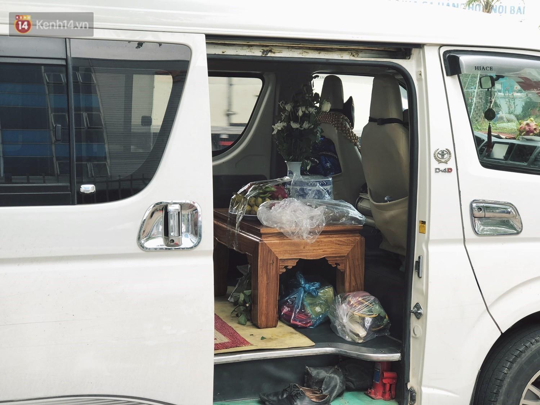 Bên trong xe, gia đình đã chuẩn bị mọi thứ theo phong tục.