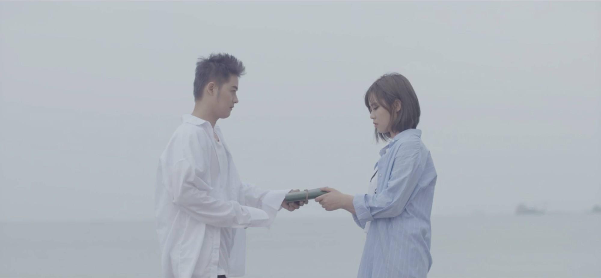 Thanh Duy 'bán nude', lần đầu khóa môi bạn diễn trong MV mới