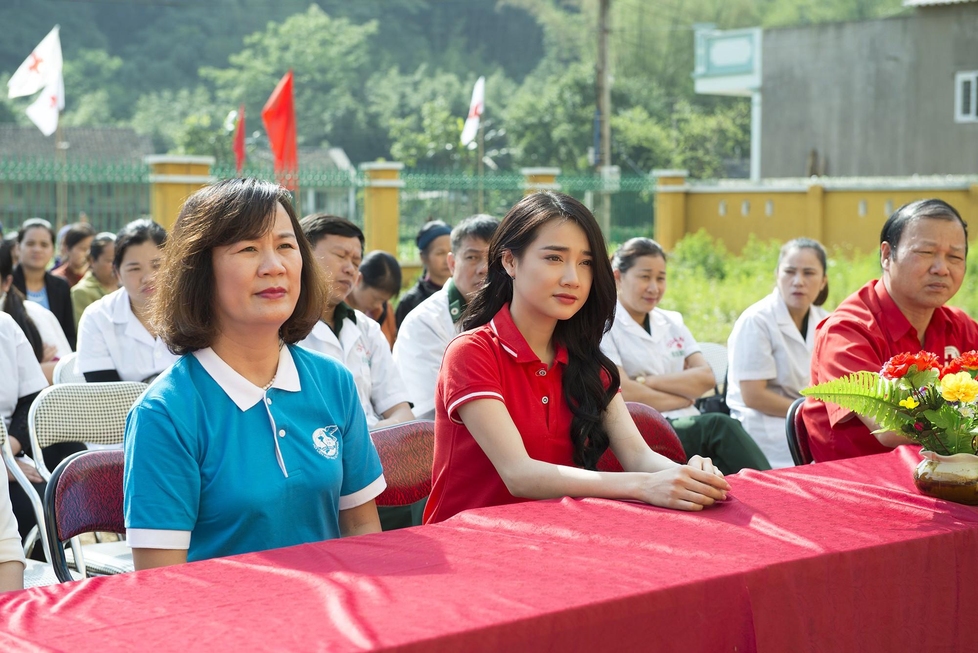 Sau khi lên tiếng về ồn ào của Trường Giang - Nam Em, Nhã Phương lẻ bóng đi Cao Bằng thăm hộ nghèo - Ảnh 1.