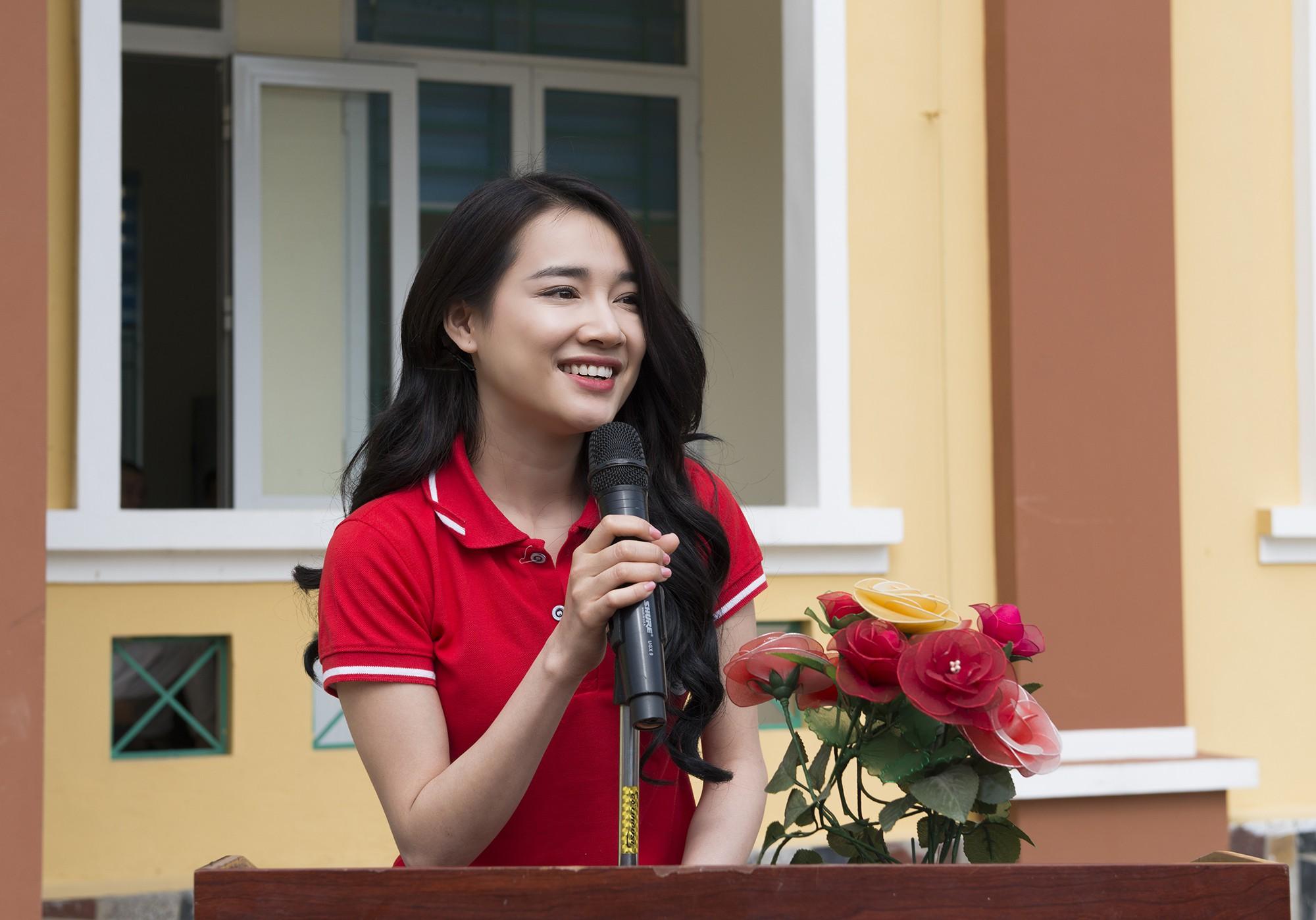 Sau khi lên tiếng về ồn ào của Trường Giang - Nam Em, Nhã Phương lẻ bóng đi Cao Bằng thăm hộ nghèo - Ảnh 2.