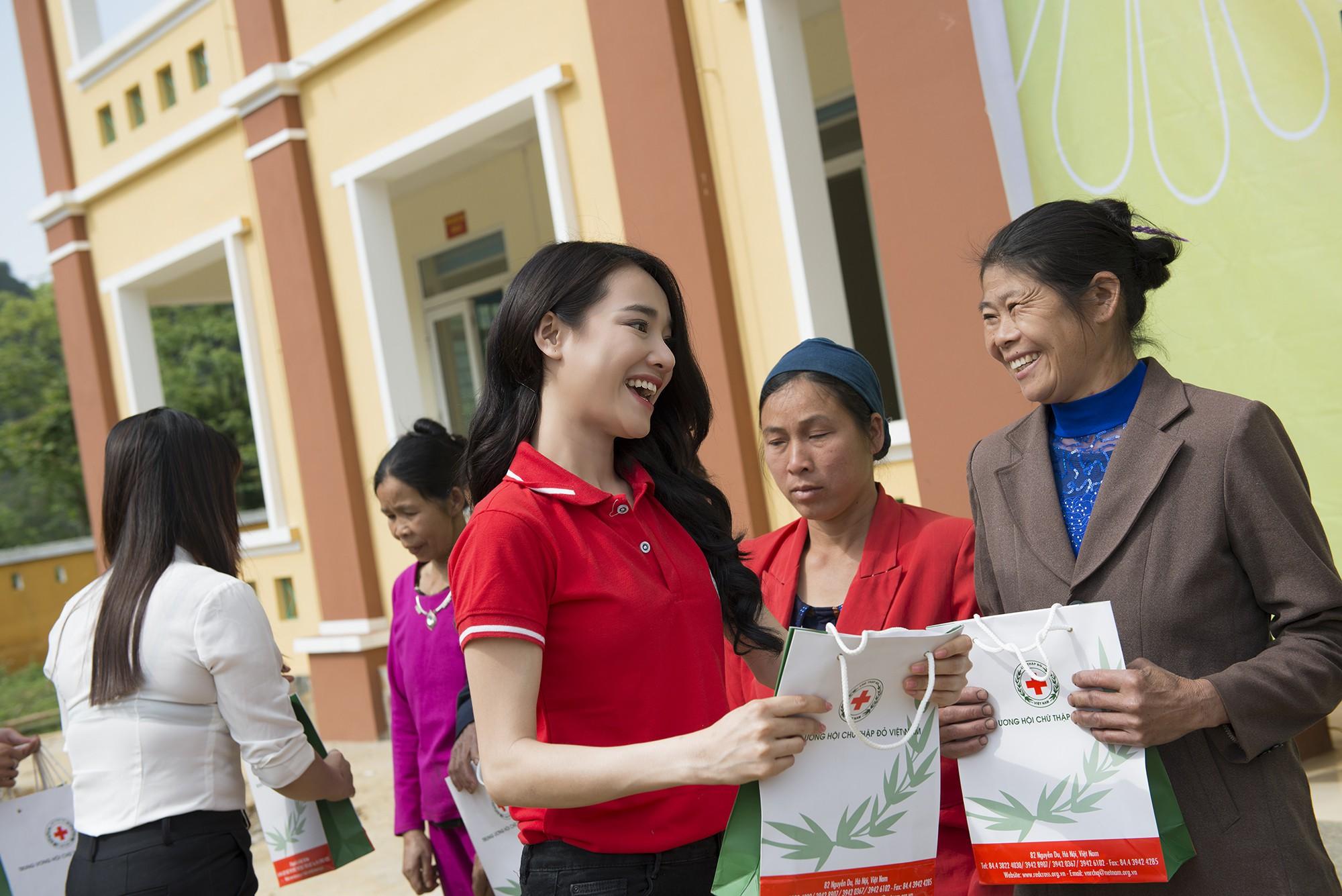 Sau khi lên tiếng về ồn ào của Trường Giang - Nam Em, Nhã Phương lẻ bóng đi Cao Bằng thăm hộ nghèo - Ảnh 3.
