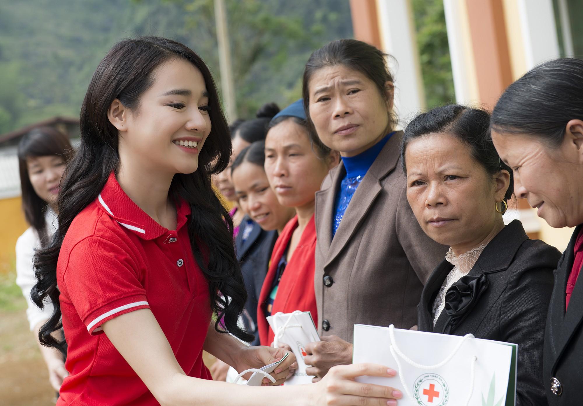 Sau khi lên tiếng về ồn ào của Trường Giang - Nam Em, Nhã Phương lẻ bóng đi Cao Bằng thăm hộ nghèo - Ảnh 4.