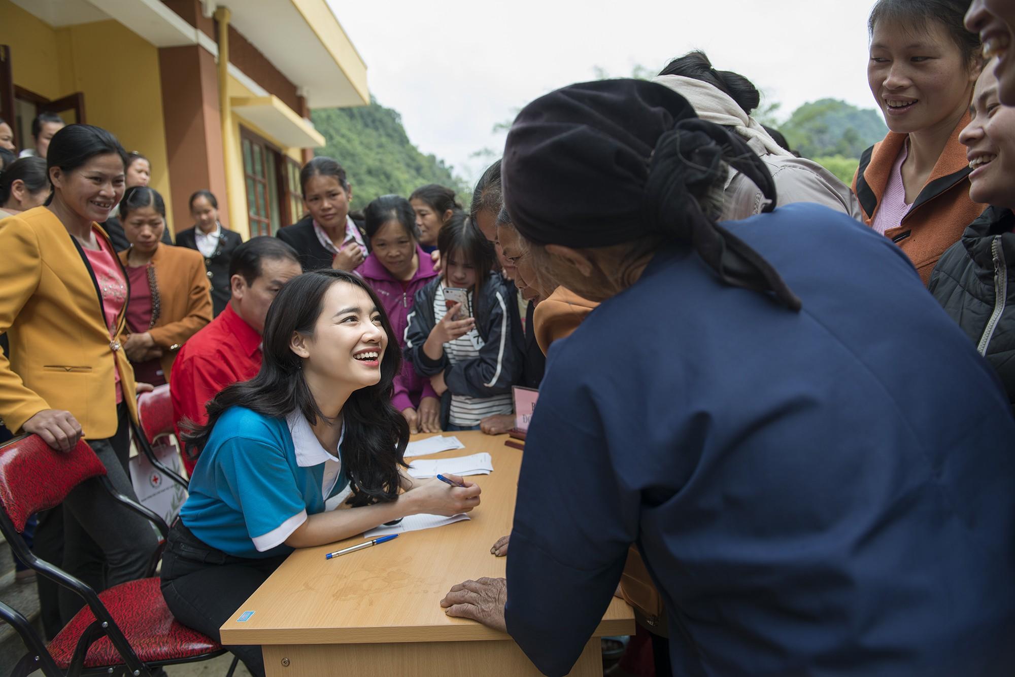 Sau khi lên tiếng về ồn ào của Trường Giang - Nam Em, Nhã Phương lẻ bóng đi Cao Bằng thăm hộ nghèo - Ảnh 5.