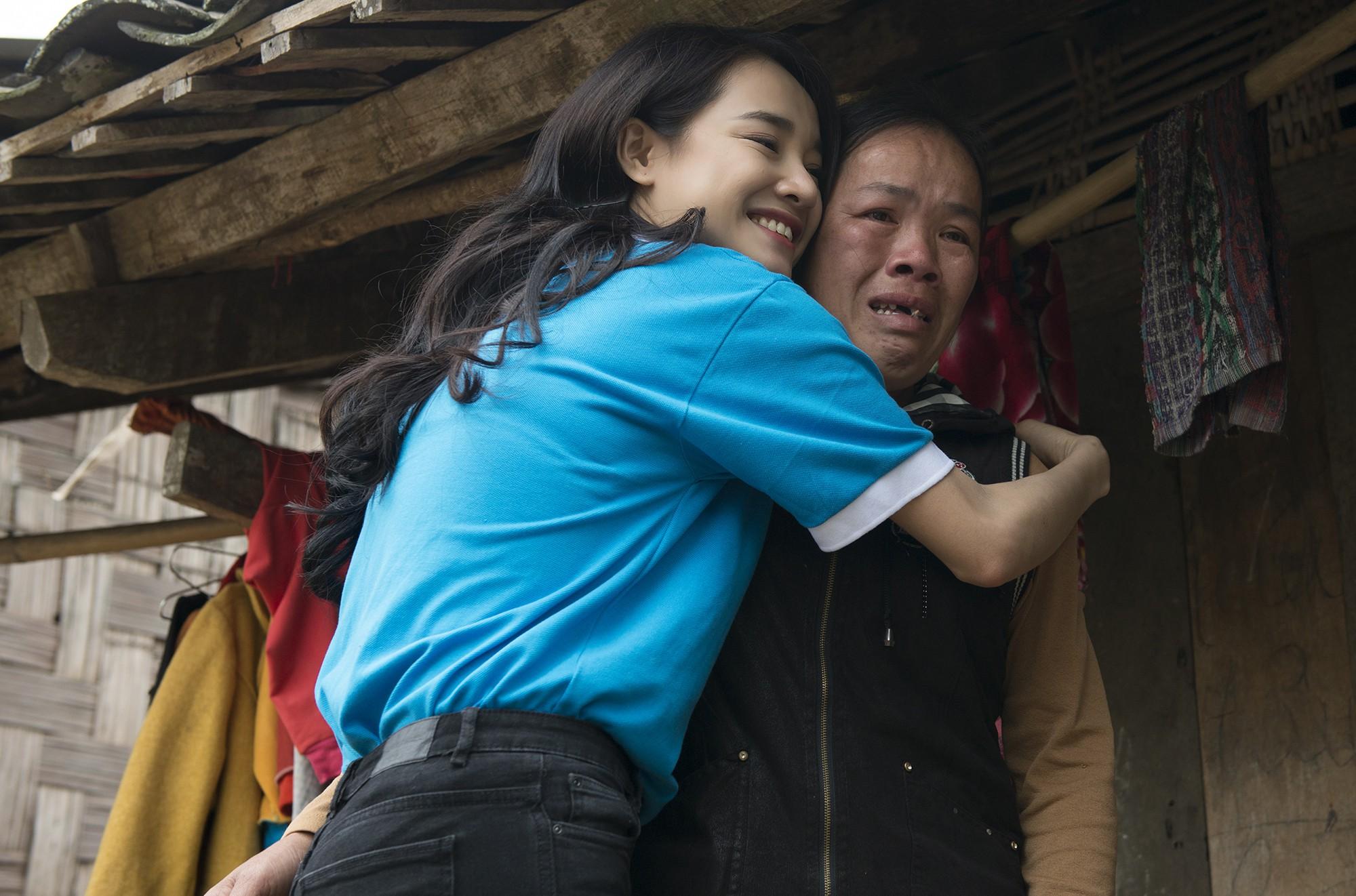 Sau khi lên tiếng về ồn ào của Trường Giang - Nam Em, Nhã Phương lẻ bóng đi Cao Bằng thăm hộ nghèo - Ảnh 9.