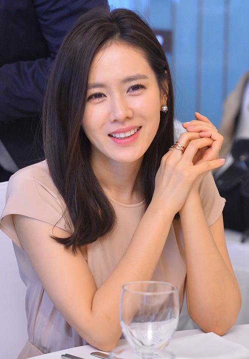 2 bước chăm sóc da cực đơn giản giúp chị đẹp Son Ye Jin luôn trẻ trung với làn da căng mịn - Ảnh 2.