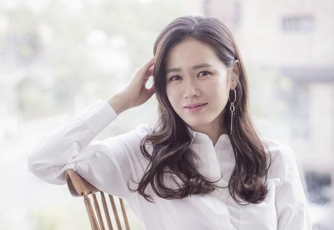 2 bước chăm sóc da cực đơn giản giúp chị đẹp Son Ye Jin luôn trẻ trung với làn da căng mịn - Ảnh 10.
